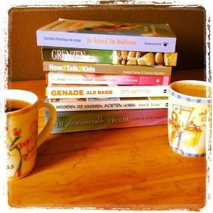 Stapeltje inspiratie voor de moederkring. Welk boek kiezen we bij de koffie?