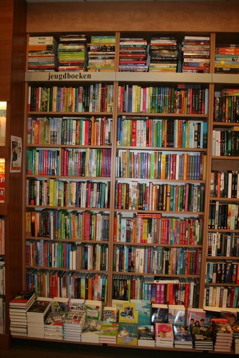 volle boekenkasten tot het plafond