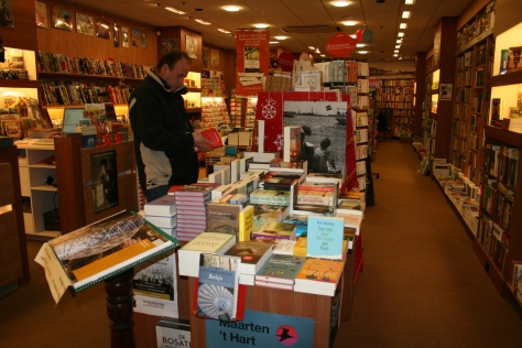 de eerste tafel bij binnenkomst; nieuwe boeken
