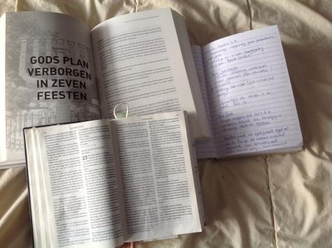 De bijbel open bij het bestuderen van Wake Up!